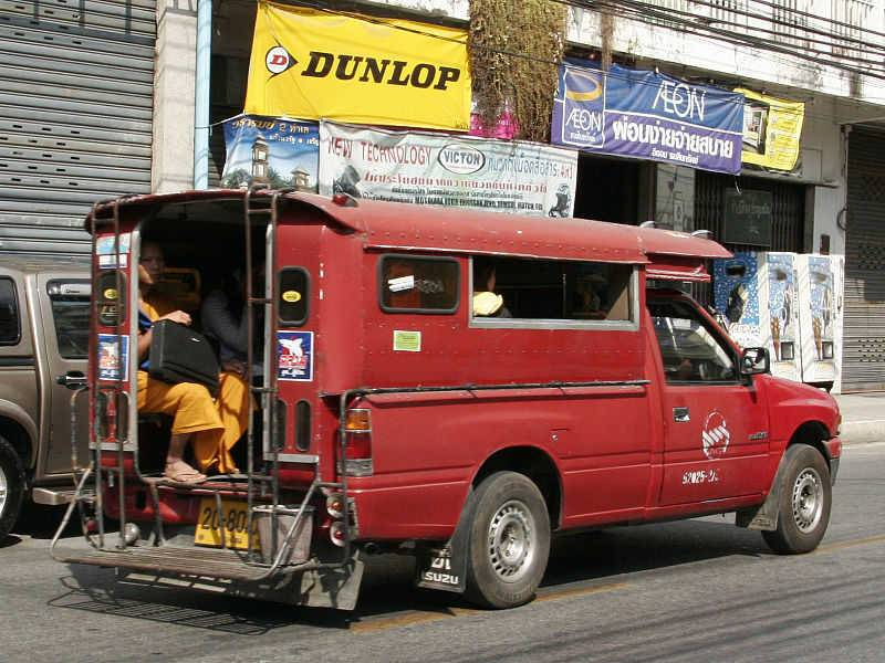 e taxi collectif rouge, also called Songthaew